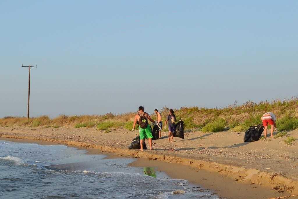 Εθελοντές, καθαρισμός παραλίας από σκουπίδα_photo Τζώρας Ηλίας