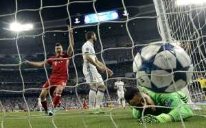 Real Madrid's Costa Rican goalkeeper Keylor Navas (R) lies on the field after an own goal during the UEFA Champions League quarter-final second leg football match Real Madrid vs FC Bayern Munich at the Santiago Bernabeu stadium in Madrid in Madrid on April 18, 2017. / AFP PHOTO / GERARD JULIEN